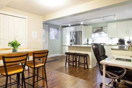 Large Modern King suite+free parkin - Langley - Lejlighed