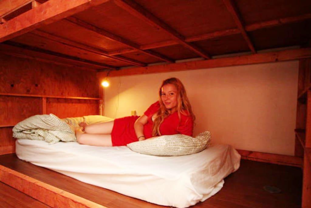 ベッドルーム / Bed Room ベッドはマットプラスαのスペースで間仕切りがあり、寝台列車の様な小部屋になっています Bed space has walls to separate the area.