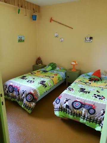 Une première chambre d'enfant, sur le thème de la campagne. (2 lits de 90cm que l'on peut coller pour faire un lit double)