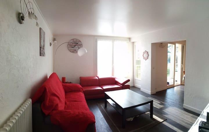 Chambre et balcon dans joli appartement T3