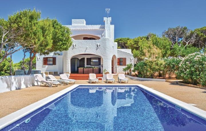 Villa con terraza y piscina de 4 dormitorios