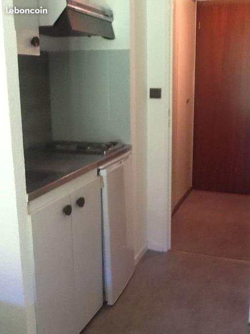Entrée avec aperçu du placard et de la kitchenette.