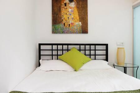 位于同里古镇景区内 森之旅设计师客栈【一楼 复古大床房1.5米床】 - Suzhou