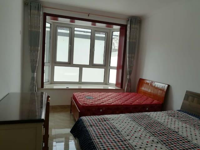 一楼大飘窗卧室  一张1.5米双人床和一张1.2米单人床