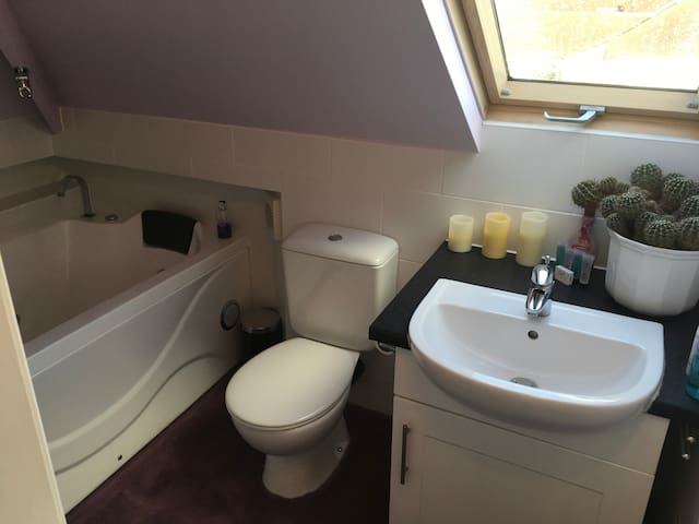 Cosy Family Double En Suite Bedroom, Knutsford