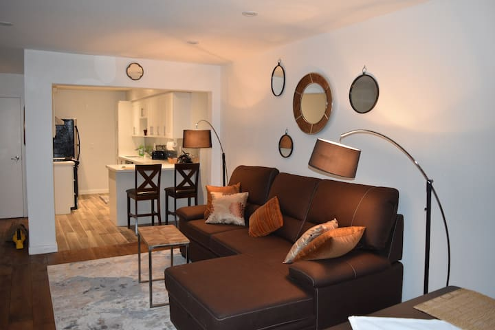 Bright, Cozy Apartment on Danforth Village.