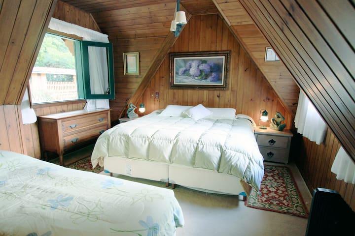Master suíte 32 m2 - 1o andar com 1 cama de casal e 2 de solteiro ou 2 de casal (até 4 pessoas). Ideal para casal com filhos.