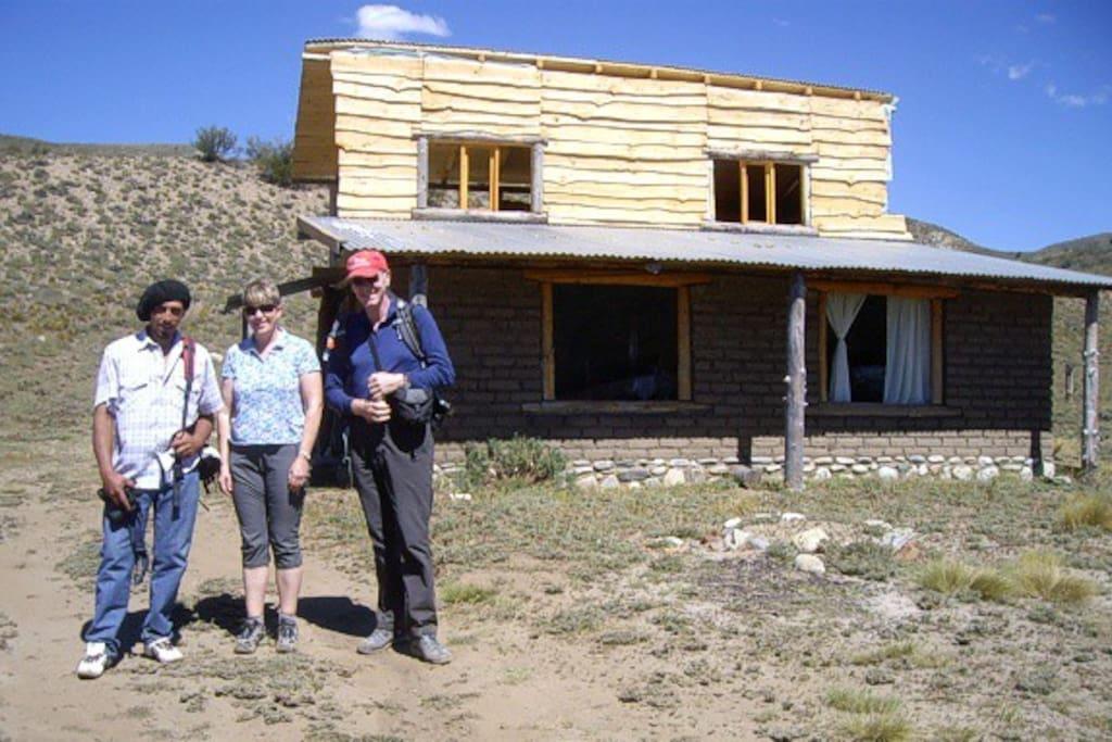 Frente de la Cabaña de adobe y madera.