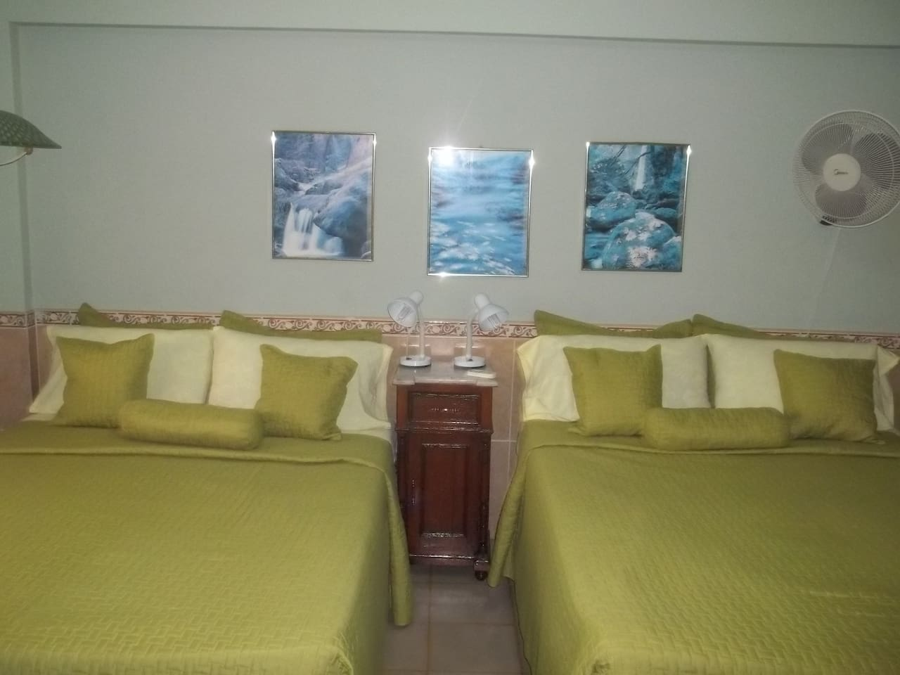 Habitación con 2 camas camera y baño privado además de áreas comunes a compartir sala comedor cocina terraza....