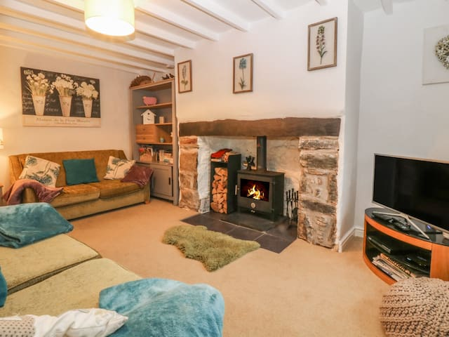 RHIANFA, pet friendly, with open fire in Newborough, Ref 984630