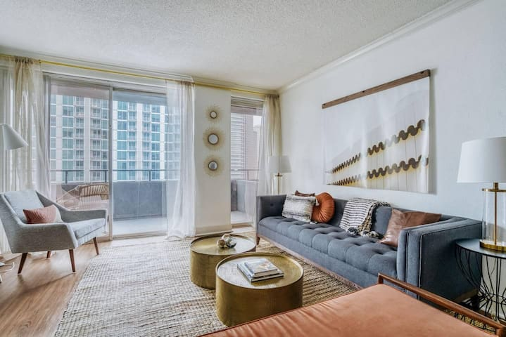 Comfy and stylish 2BR downtown apartment by Lodgeur