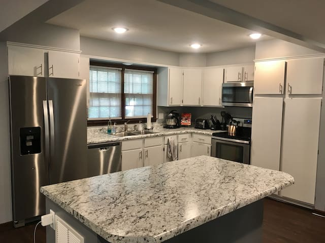 Family friendly home- newly remodeled kitchen!!