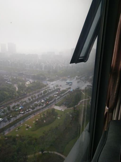 下过雨的天,从窗外望去,飘飘渺渺,让人置于云端的感觉。怎一个美字了得!