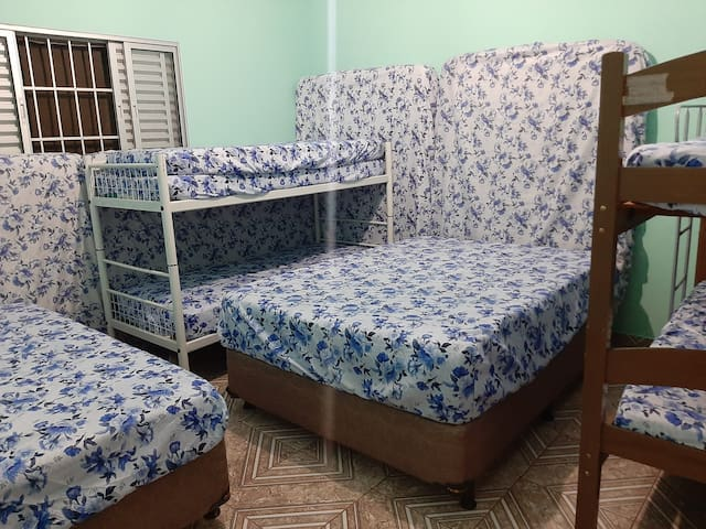 Temos ventilador de teto no quarto.  Neste quarto temos 2 camas de casal e 2 beliches (acomoda 8 pessoas em camas)   OBS: Temos 4 colchões extras de casal que podem ser colocados no chão da sala.