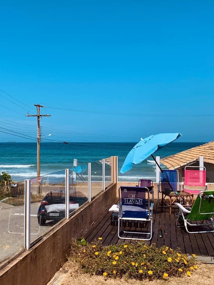 Casa de praia de madeira de frente para o mar