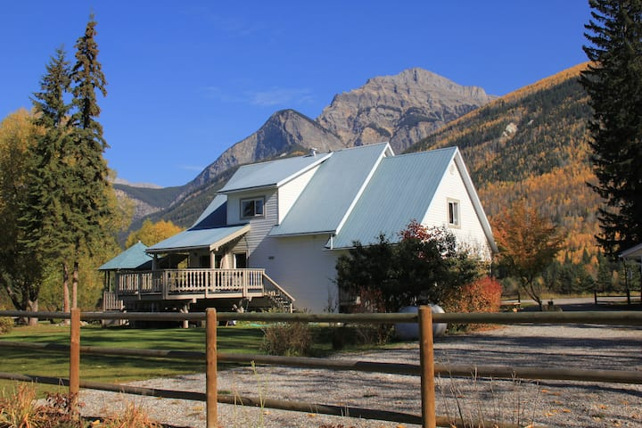 Bear Paw Lodge - Hot Tub, Fire Pit, Cycles & more