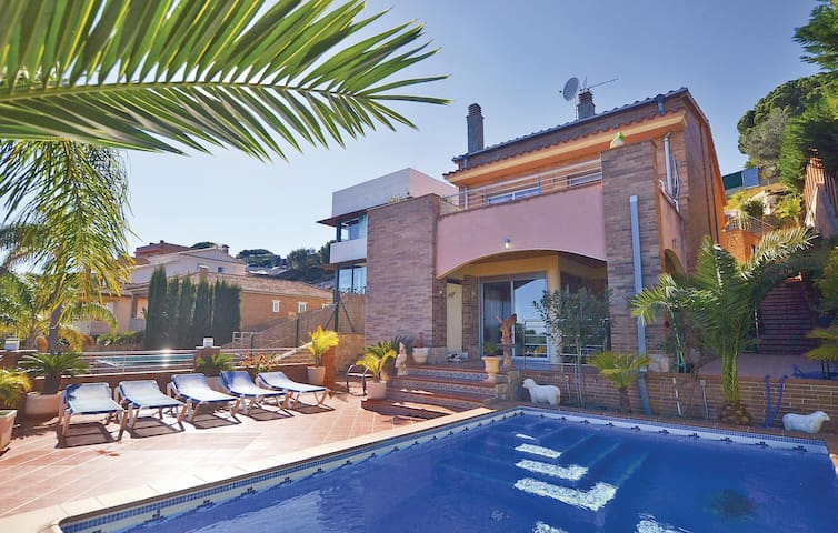 Holiday cottage with 4 bedrooms on 180m² in Calella de Mar