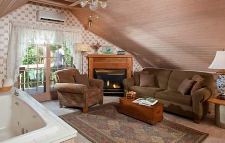 Chanticleer Guest House-Loft Room