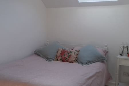 Room with double bed, desk and wardrobe - Bishops Cleeve - Hus