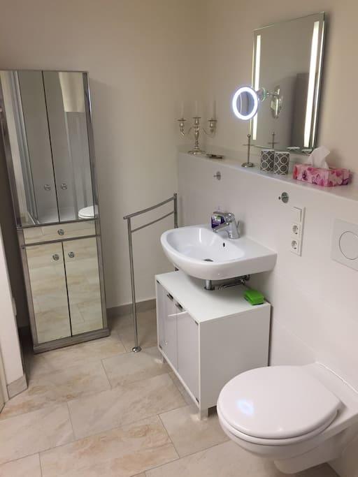 Geräumiges, helles Bad zur alleinigen Nutzung!