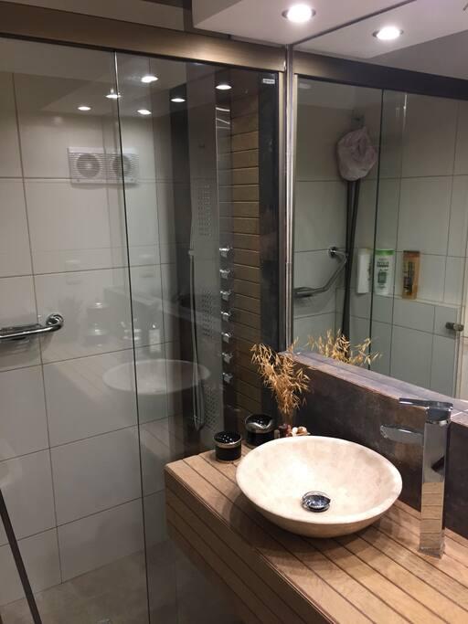 Baño en suite con ducha escocesa