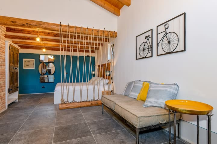 One room apartment Margherita, with lake view, Wi-Fi, communal garden and car park