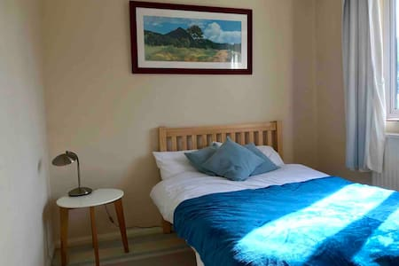 Quiet & cosy room close to town centre.