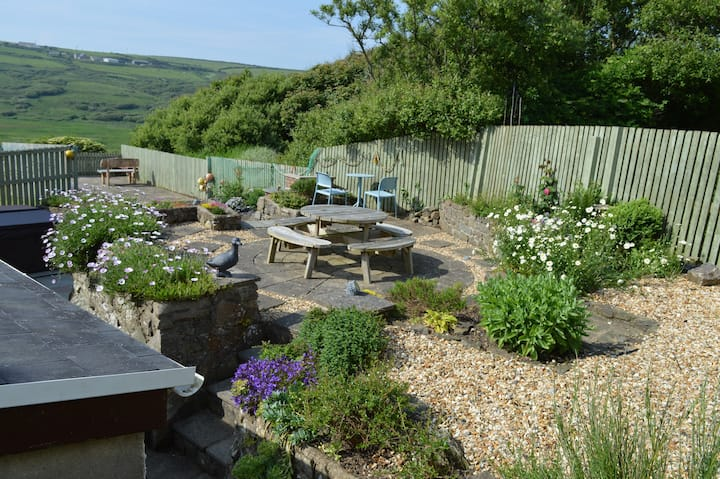 Curlew Cottage: sea views, hot tub, walk to beach