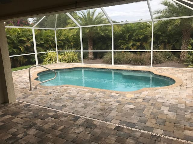 North Port pool house ,close to amenities n shops