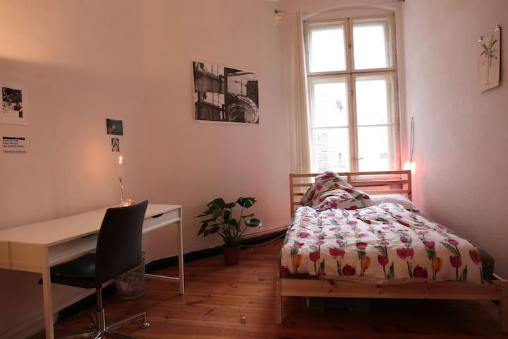 Beautiful room in a big flat from Bergmannkiez