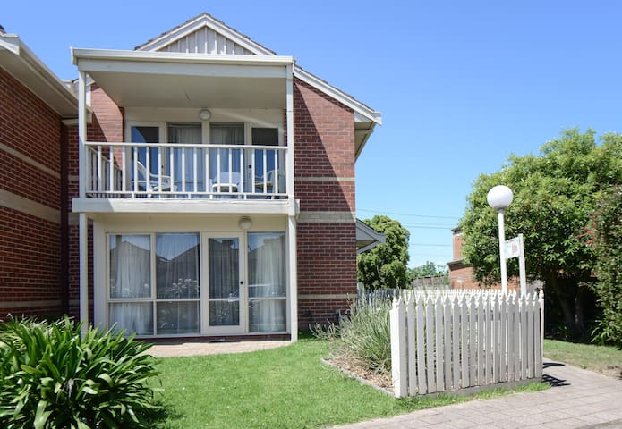 Two Bed Town House 8 klms to CBD - Alphington
