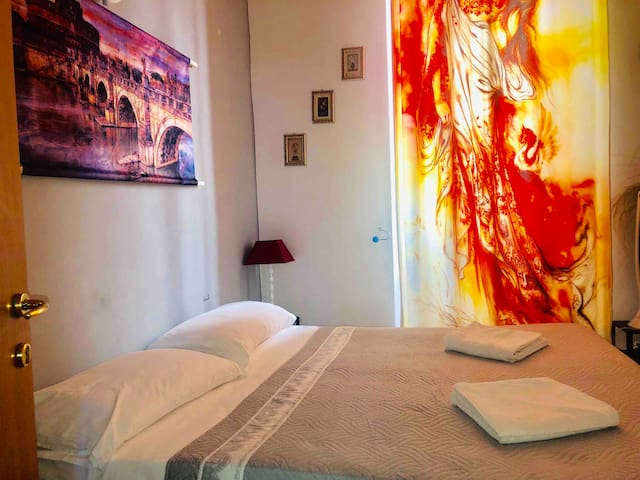 Parisa double room between Colosseo & Termini