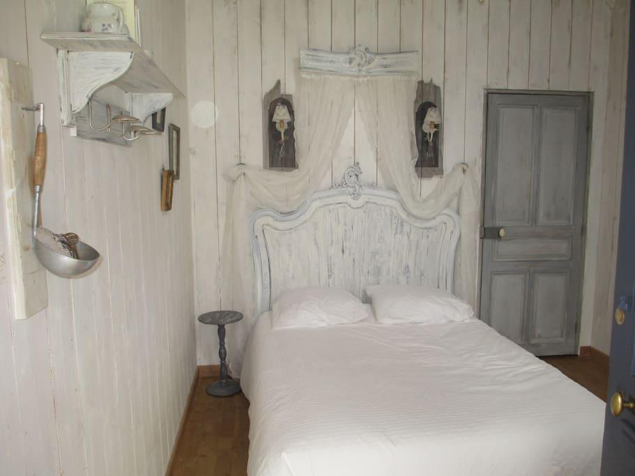 Le lit de la princesse, avec vue sur la fenêtre et son vitrail