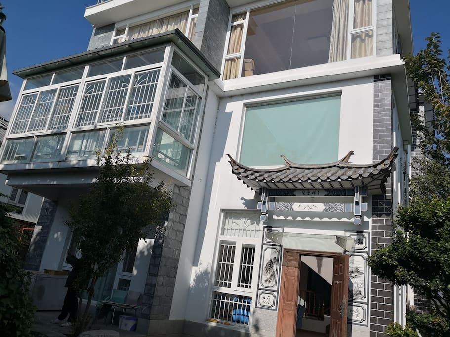 独栋别墅共三层,总面积300平方米,院子总占地面积七分