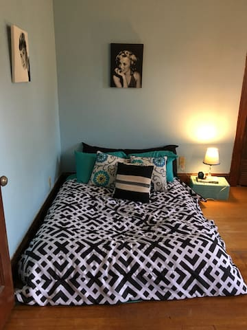 Vintage bedroom for female travelers only - West Hartford - Apartment