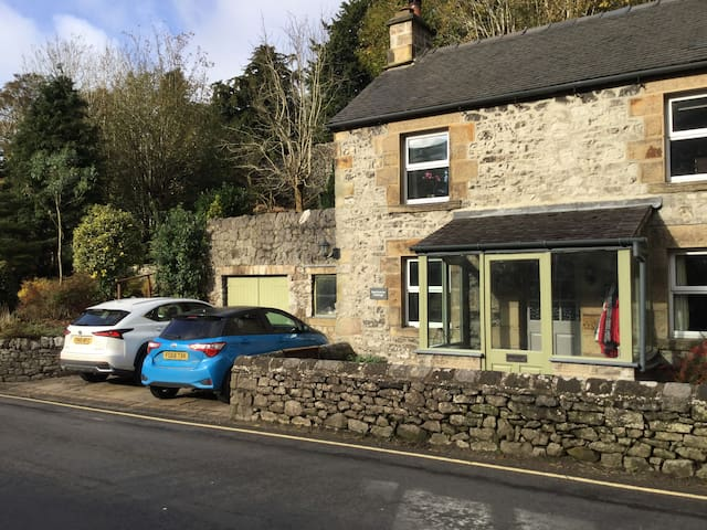 Hartington village cottage with 2 parking spaces!