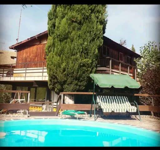 """Cabaña de madera con piscina. """"REFUGI CANADÀ"""""""