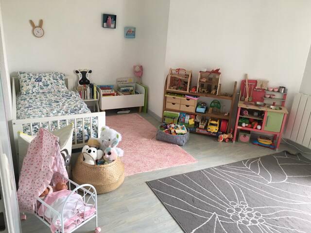 Chambre des enfants, un lit enfant 70 X 140cm, tous les jouets et livres resterons sur place