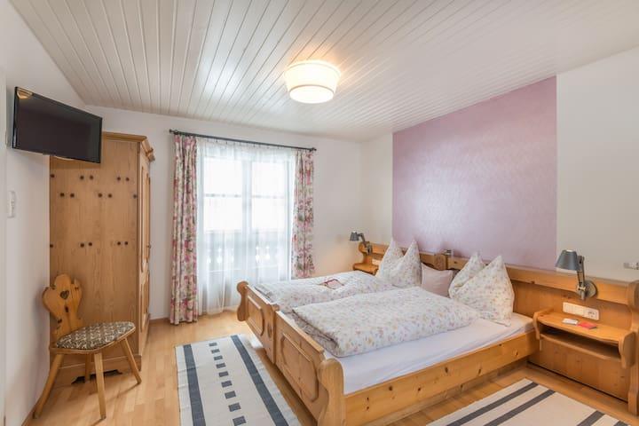 Schlafzimmer mit Doppelbett im alpinen Stil
