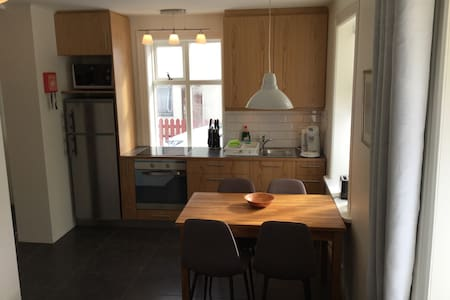 Cozy apartment with private parking - Akureyri - Wohnung