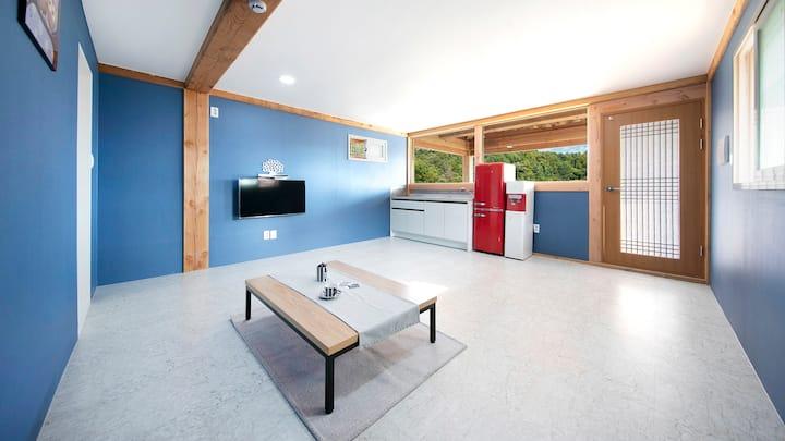 블루톤의 인테리어와 레드의 포인트가 돋보이는 마루2(2층) 객실