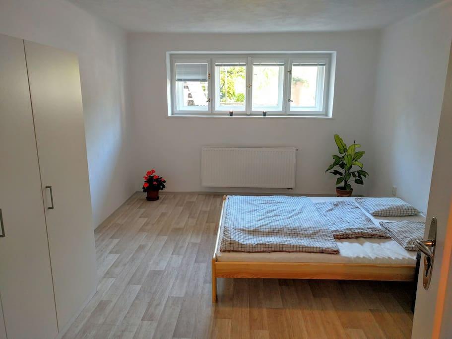Prostorná ložnice s velkou skříní