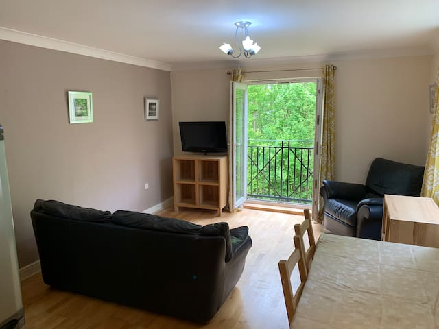 3 bed apt set in Meanwood park close to uni's