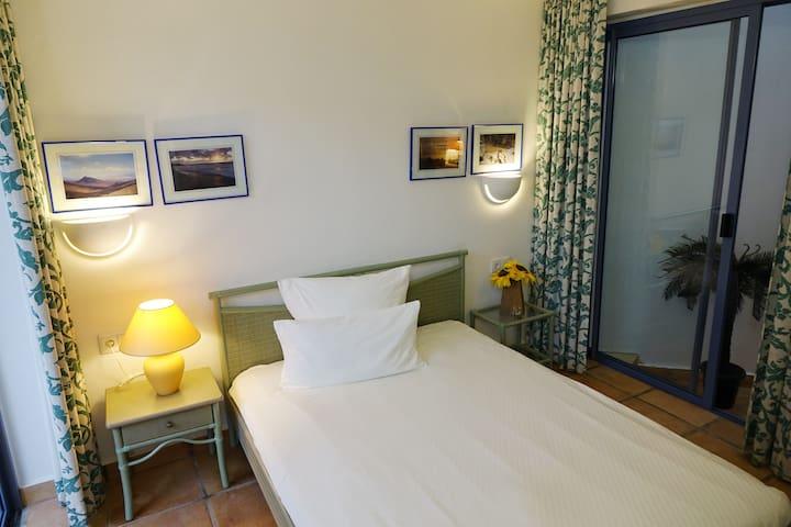 Das kleine Schlafzimmer unten mit einem Queensize Bett von 150cm x 200cm