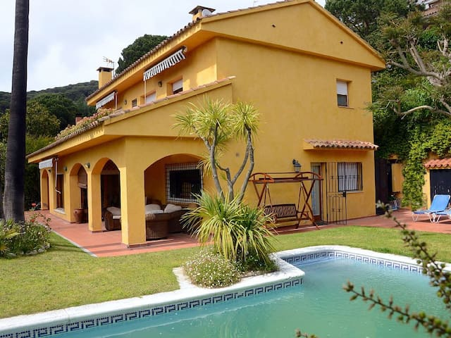 CASA DE LUJO, GRAN JARDIN Y  PISCINA PRIVADA, WIFI - Cabrils - Casa