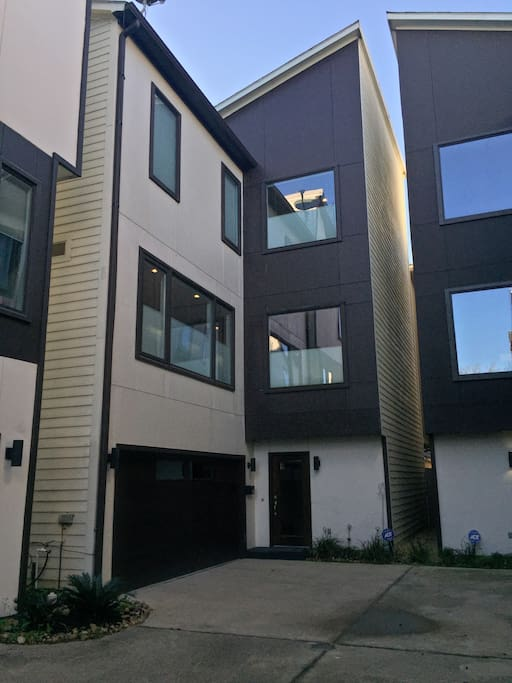 Contemporary townhome conveniently located in Montrose.  Within 10 minutes of downtown, Galleria, NRG Stadium, Rice University, museums and medical center.