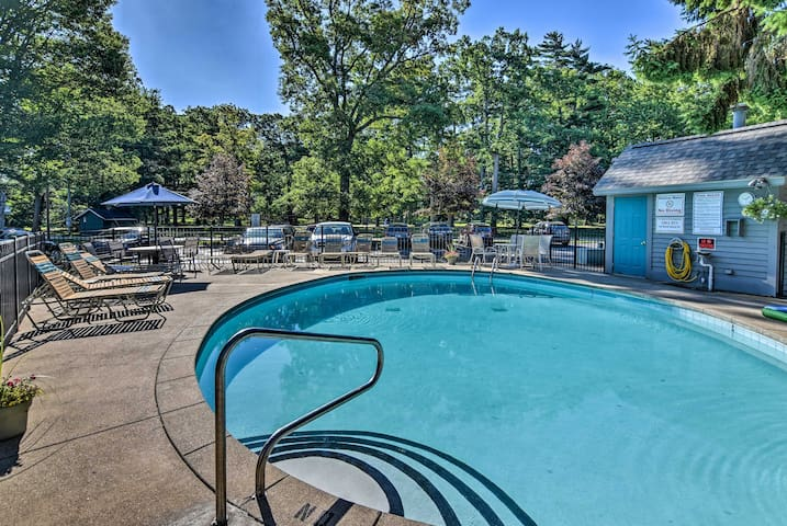 South Haven Condo w/Community Pool -Walk to Beach!