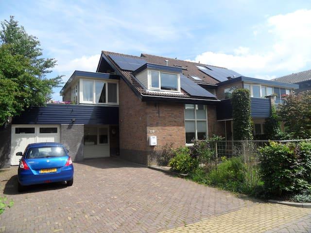 Spacious house in a child friendly neighborhood - Ouderkerk aan de Amstel - House