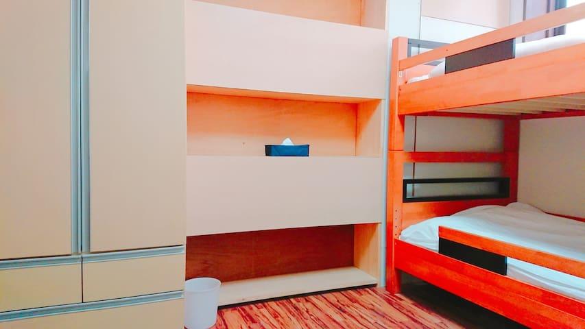 ゆったりしたスペースでくつろげます。1 bunk bed and 1 sofa bed (room B) for 3 persons