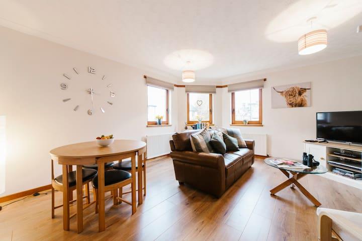 Modern flat in theTrossachs sleeps 5; WiFi,Netflix